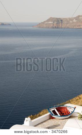 alte Fischerboot über Hafen Oia ia griechischen Insel Santorin