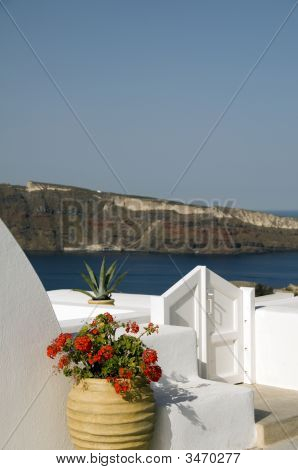 House Hotel With Plant Over Sea Santorini
