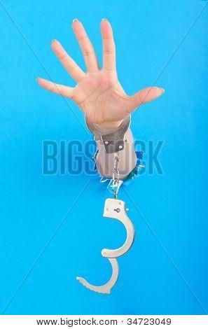 Mão com algemas de papel