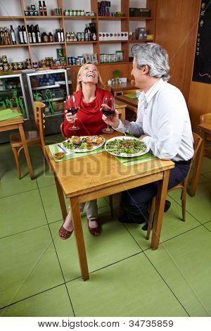Feliz matrimonio con cena juntos en un restaurante