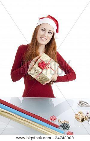 Jovem é embalagem de presente para o Natal isolado