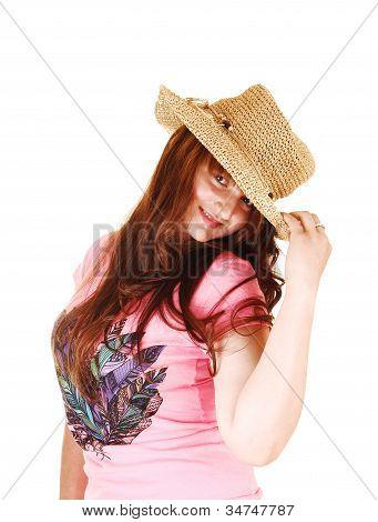 Menina com chapéu de palha.
