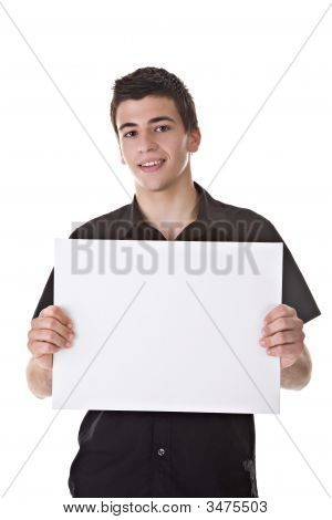 Jovem, segurando uma placa em branco
