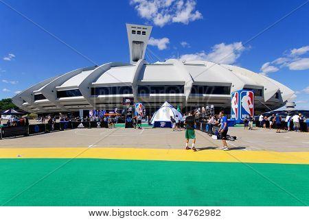 Montreal Completement Cirque show