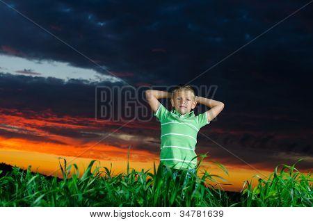 Foto de joven levantando manos en exterior