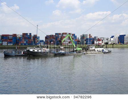 Dredger In de haven van Rotterdam