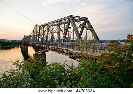 OTTAWA, Canadá - 8 SEP: Alexandra puente sobre río en 08 de septiembre de 2012 en Ottawa, Canadá.  es ma