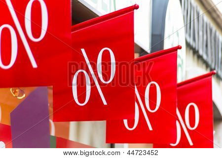 retail price reduction percentage, symbol photo for cheap prices, marketing and competition