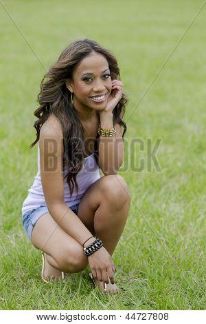 Uma jovem mulher feminina Africano-Americana, desfrutando de um dia no Parque