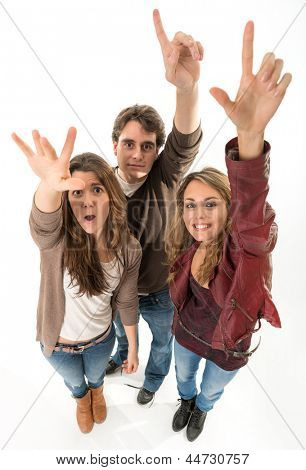 Drei junge Leute, die ihre Hände heben