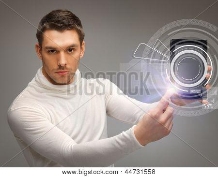 homem com tablet pc virtual tela tocante