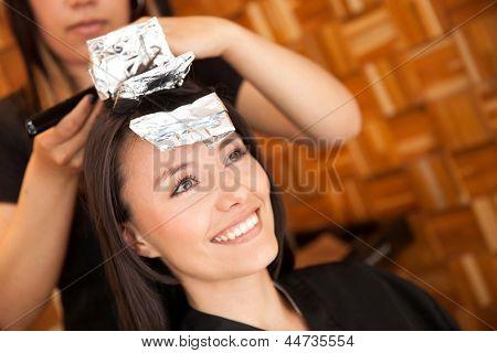 Mulher morrer seu cabelo no salão de beleza