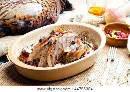 faisão cozido com bacon, pêra, uvas passas no conhaque