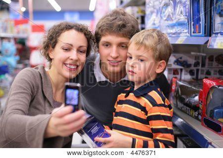 Familie wird fotografiert im shop