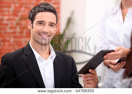 Homem pagando conta em restaurante
