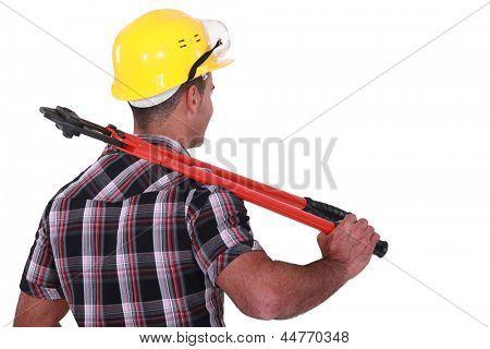 Comerciante carregando um par de grandes cortar no ombro