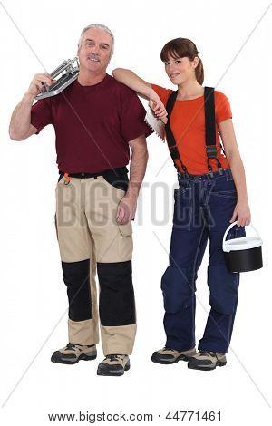 Uma equipe de montadores de telha segurando ferramentas