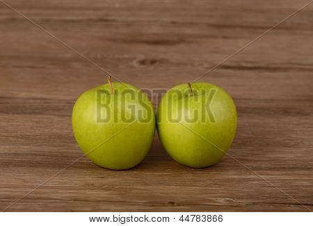 fresh green apple on a wooden table