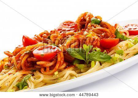 Macarrão com carne, molho de tomate, parmesão e legumes
