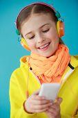 Постер, плакат: Образ жизни молодых людей концепции молодая девушка с наушниками прослушивания музыки веселая молодая девушка