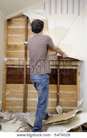 Hombre haciendo obras para casa