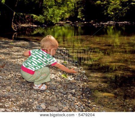 Kleinkind Mädchen Rock im Stream setzen