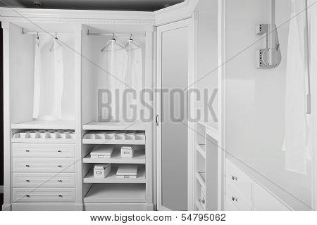漂亮的木制衣柜内部
