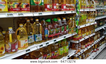 SINGAPORE-APRIL 25: Various brands of cooking oils are being sold in the supermarket on April 25, 20