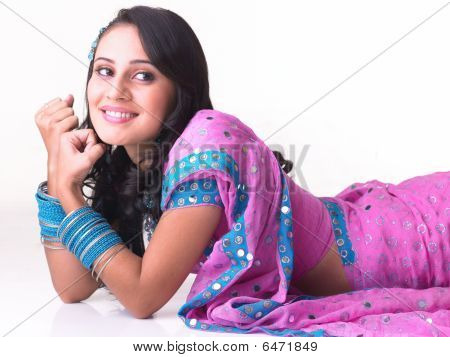 Mädchen mit einem glücklichen Lächeln auf dem Boden liegend