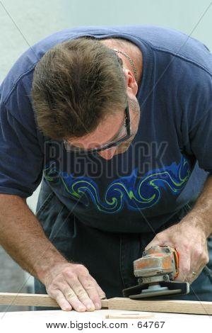 Hombre haciendo carpintería