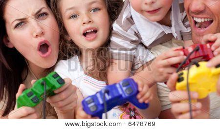 Família animada jogando Video Games