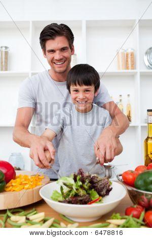 Retrato de um pai feliz, cozinhando com seu filho