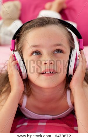 Close-up de uma linda garota ouvindo Musc