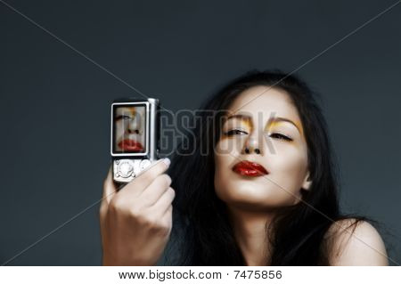 schöne Frau mit Digitalkamera