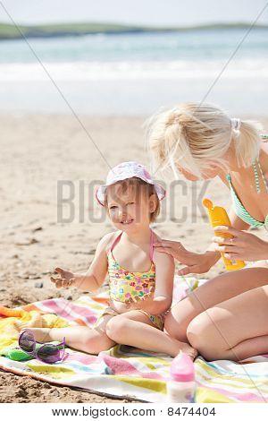 Mädchen am Strand mit ihrer Mutter Weinen
