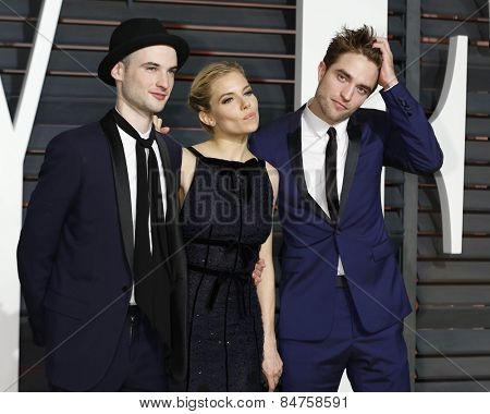 LOS ANGELES - FEB 22:  Tom Sturridge, Sienna Miller, Robert Pattinson at the Vanity Fair Oscar Party 2015 at the Annenberg Center for the Performing Arts on February 22, 2015 in Beverly Hills, CA