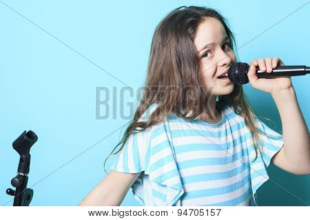 girl sing in a microphone