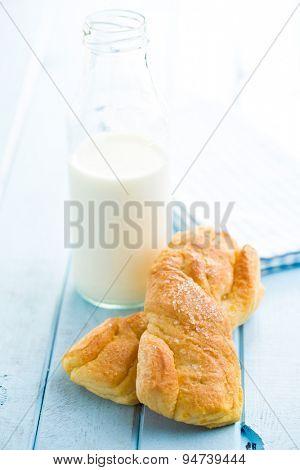 tasty baked bun on kitchen table