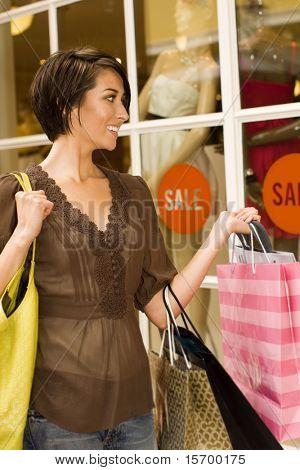 Mulher feliz, fazer compras em um shopping ao ar livre