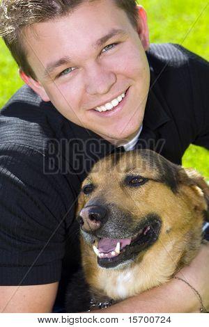 Jovem e seu cachorro - melhor amigo do homem