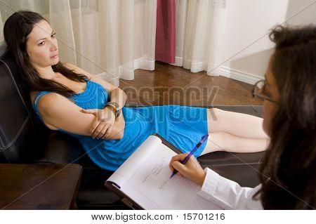 Depressive Frau im Gespräch mit ihrem Therapeuten