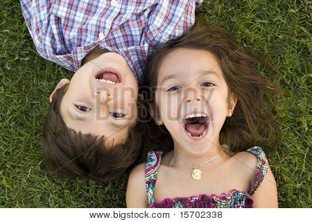 Irmão e irmã jogando fora
