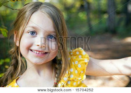 Retrato de uma menina bonitinha fora