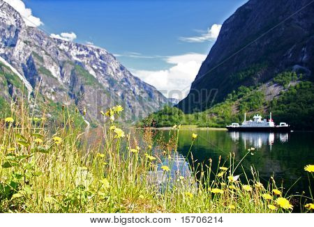 Ferry en el fiordo de Sognefjorden.Unesco patrimonio de la humanidad.