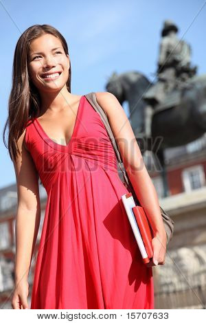 Madrid. Turista mulher passear na Plaza Mayor de Madrid. Bela mulher de vestido vermelho. Touris