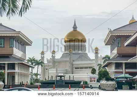 Bandar Seri Begawan,Brunei-Nov 10,2016:Omar Ali Saifuddien Mosque & Yayasan Shopping Complex,Bandar Seri Begawan Brunei Darussalam.The two nearby beautiful buildings & attraction in Brunei Darussalam.