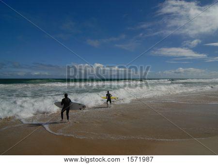 2 Surfers Running