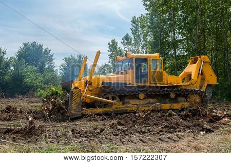 Bulldozer. Mechanical Site Preparation for Forestry. Heavy-duty construction for increased shearstress on tracts with increased roots and stumps.