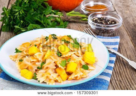 Farfalle with slices of pumpkin and parsley Studio Foto