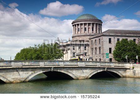 O' Donovan Rossa Brücke und Four Courts, Fluss Liffey in Dublin, Irland